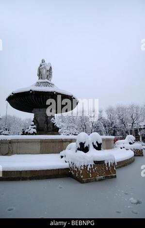 Aix monumentalen Brunnen La Rotonde im Winter bedeckt Schnee & Eis AIX oder Aix en Provence Frankreich - Stockfoto