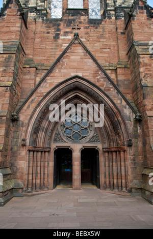 Gotischer Bogen am Eingang zur Kathedrale Carlisle, Cumbria - Stockfoto