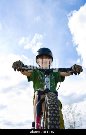 Ein Junge mit dem Mountainbike - Stockfoto