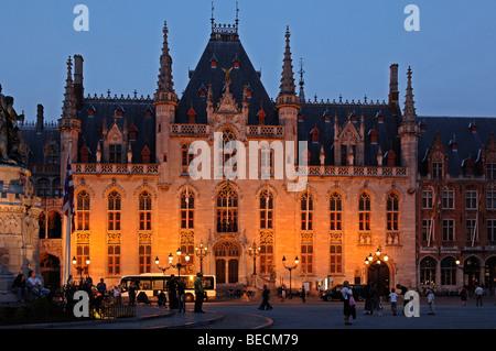 Neo-gotischen Postamt beleuchtet am Abend, Marktplatz, Brügge, Belgien - Stockfoto