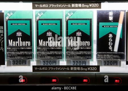 Schwarze Marlboro Zigaretten zu verkaufen in einem Automaten in Tokio Japan - Stockfoto