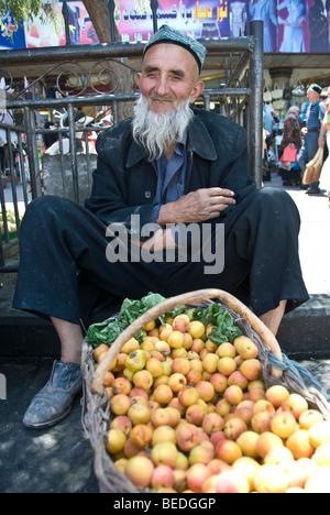 Cabrinha Uighur-Händler verkaufen frische Aprikosen in einen Markt von Kashgar, Provinz Xinjiang, China 2008. - Stockfoto
