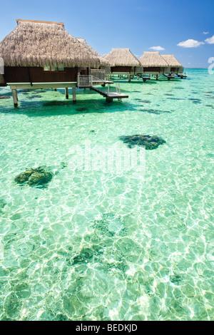Über Wasser Bungalow mit Schritten in erstaunlich grünen Lagune - Stockfoto