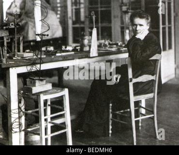 MARIE CURIE (1867-1934) Polen geborenen französischen Physiker in ihrem Labor - Stockfoto