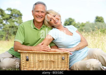 Älteres Paar mit Picknick in der Natur - Stockfoto
