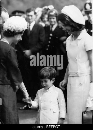 John Kennedy Jr. trifft Elizabeth II mit Mama Jackie - Stockfoto