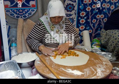 Eine Frau machen Gözleme, eine traditionelle Bohnenkraut türkisches Gebäck gefüllt mit verschiedenen Gemüse oder - Stockfoto