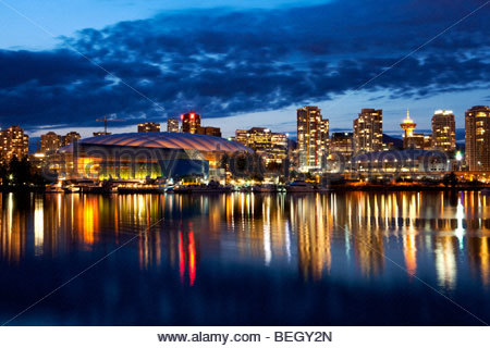 Downtown Vancouver Skyline bei Nacht, Britisch-Kolumbien, Kanada - Stockfoto