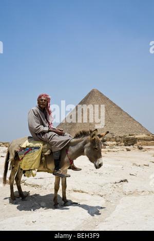 Pyramide des Cheops mit ägyptischen auf Esel im Vordergrund, Kairo, Ägypten - Stockfoto