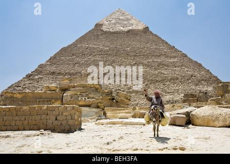 Pyramide des Chephren mit ägyptischen auf Esel im Vordergrund, Kairo, Ägypten - Stockfoto