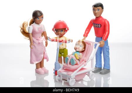 Familie von Miniatur-Puppen-Haus-Puppen - Stockfoto