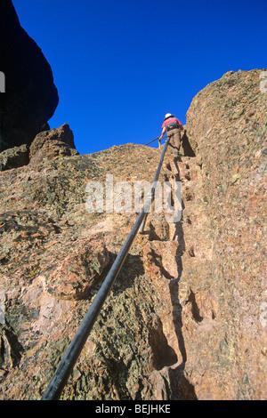 Wandern im Pinnacles National Monument, Wanderer mit Handlauf auf steilen Abschnitt des High Peaks Trail, östlich - Stockfoto