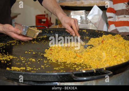 servieren Paella auf den kontinentalen Markt in Burnley, Lancashire - Stockfoto
