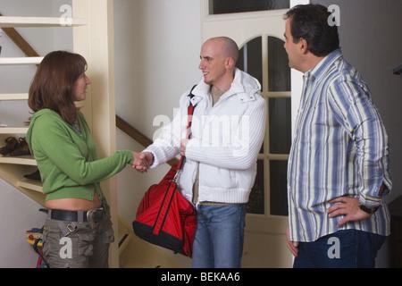 Besucher verlassen, Frau und Mann die Hände schütteln - Stockfoto