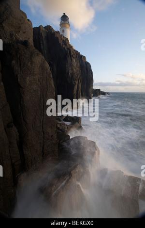Landschaftlich Point Lighthouse mit nebligen Meer und Felsen im Vordergrund, Isle Of Skye, Schottland - Stockfoto
