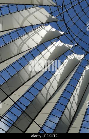 Berlin. Deutschland. Atrium des Sony Center Potsdamer Platz. - Stockfoto