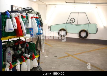 Pulver in ein Auto in einer Tiefgarage, Deutschland Reinigung polieren - Stockfoto
