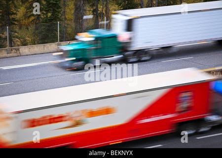 Bewegung verschwommenes Bild von einem Transport-LKW auf der Trans-Canada Highway, Banff Nationalpark, Alberta, - Stockfoto