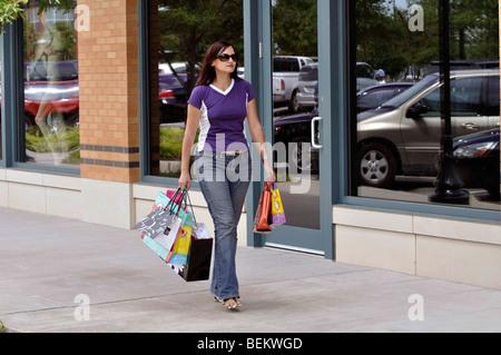 Frau shopping in der Mall, Einkaufstaschen tragen - Stockfoto