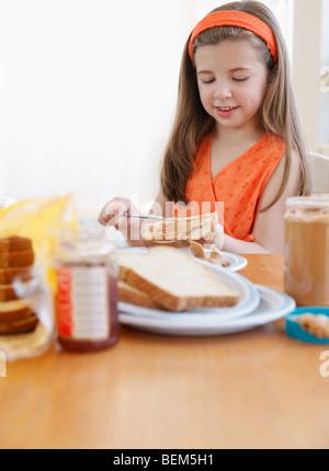 Kind machen Mittagessen - Stockfoto