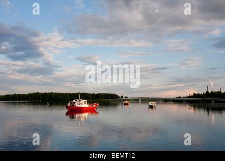 Boote vor Anker am Fluss Oulujoki in Oulu Hartaanselkä bei Dämmerung, Finnland - Stockfoto