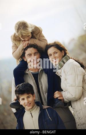 Familie zusammen draußen, Porträt - Stockfoto