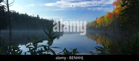 Nebel über Rauch See in der Dämmerung. Schöne Panorama Herbst Natur Landschaft. Algonquin Provincial Park, Ontario, - Stockfoto