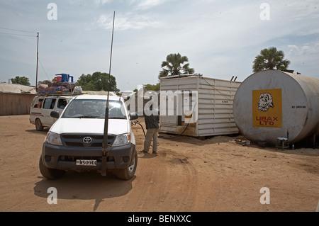 SOUTH SUDAN Füllung Autos an einer Tankstelle in Juba. Foto: SEAN SPRAGUE 2008 - Stockfoto