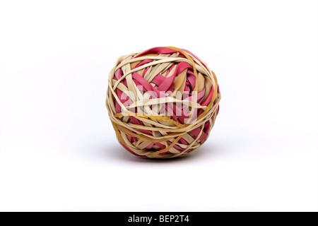 Ball von Natur- und roten farbigen Gummibändern enthält Beschneidungspfad - Stockfoto