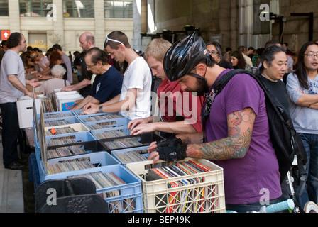 Musikliebhaber sortieren durch Stapeln und Stapeln von Vinyl-Schallplatten auf der DJ Superstar Record Fair in Brooklyn - Stockfoto