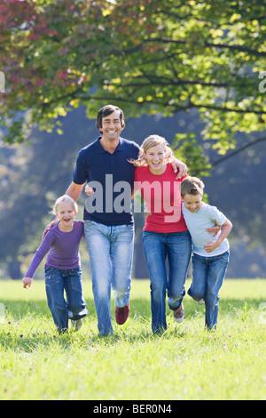 Ein Familienporträt im park - Stockfoto
