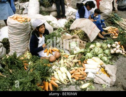 Junges Mädchen Verkauf von Gemüse im Hochland Ecuadors Markt. - Stockfoto