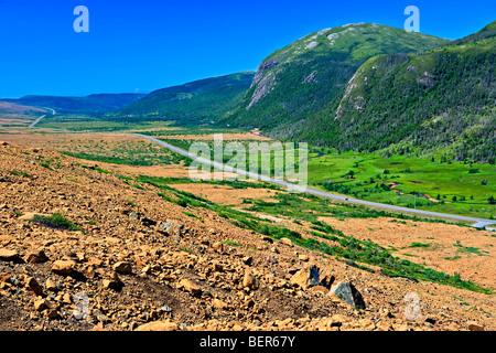 Blick auf Highway 431 aus einem steilen Hügel oberhalb der Tablelands Trail in Tablelands zeigt einen Kontrast zwischen - Stockfoto
