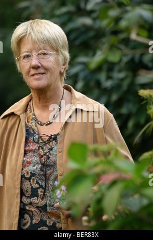Porträt senior Frau schauen in die Kamera in der Natur außerhalb - Stockfoto