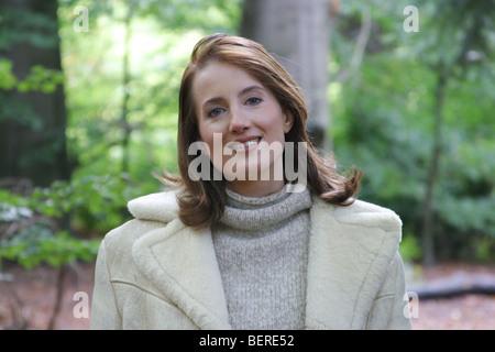 Glücklich Porträt junge Erwachsene zu Fuß in den Wald im Herbst, Porträt an Spaziergang routine - Stockfoto
