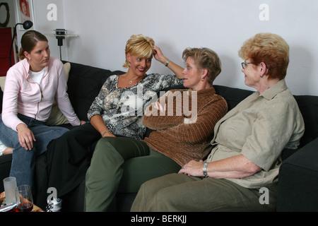 Erwachsenen in verschiedenen Alters sitzen auf der Couch miteinander reden - Stockfoto