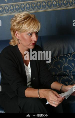 Erwachsene Frau verärgert 40, mit Brief, ich freue mich in Gedanken nachschlagen - Stockfoto