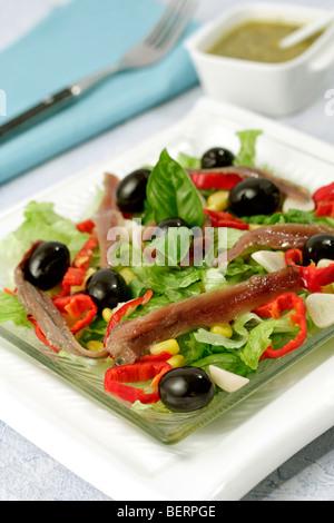 Mediterraner Salat. Rezept zur Verfügung. - Stockfoto