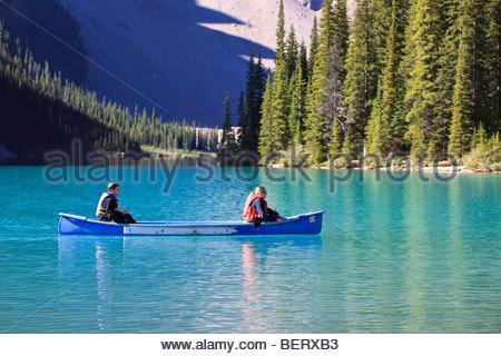 Junges Paar Kanufahren auf Moraine Lake, Banff Nationalpark, Alberta, Kanada. - Stockfoto