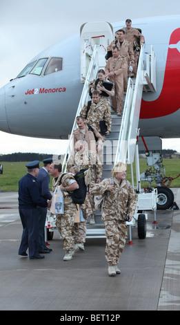 RAF Tornado Luft und Boden-Crew kommen wieder durch Charta Jet an ihrer Basis in Lossiemouth, Schottland, nach einer - Stockfoto