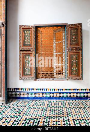 Marokko Marrakesch El Bahia Palast dekoratives Fenster und Fliesenboden - Stockfoto