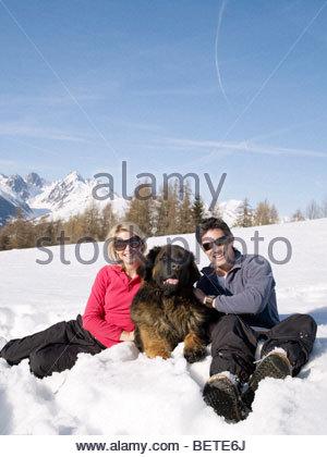 Frau und Mann im Schnee mit großer Hund - Stockfoto
