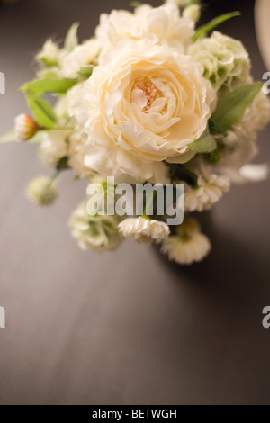 einfache Anordnung von Pfingstrosen und weiße Rosen für eine Hochzeit, Empfang Tisch Strauß - Stockfoto