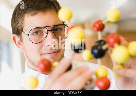 Schüler halten ein Molekülmodell - Stockfoto