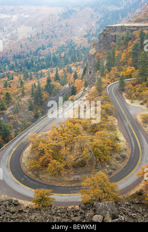 Erhöhte Ansicht einer Autobahn, Historic Columbia River Highway, Columbia River Gorge, Mosier, Oregon, USA - Stockfoto
