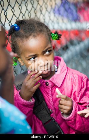 Porträt eines Schülers in Buche Elementary School, Manchester, NH. Bild ist kein Modell / Eigenschaft freigegeben. - Stockfoto