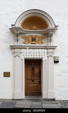 Die Tür und verzierten doorcase mit shell Baldachin von St. Cuthbert Hochschule, Teil der Universität von Durham, - Stockfoto