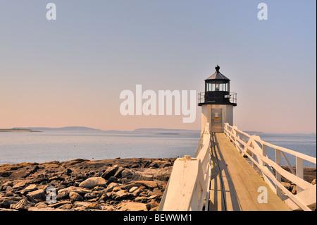 Marshall Point Lighthouse, Port Clyde, Maine, USA in der Dämmerung wie Sonne setzt - Stockfoto