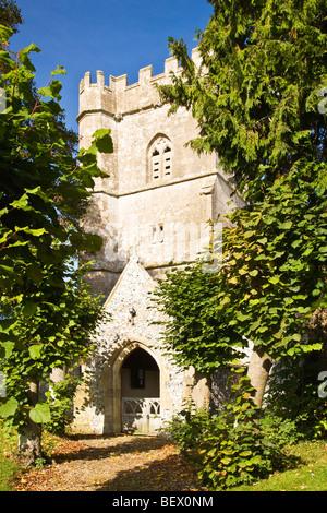 Typische englische Norman Kirche von Heiligen in Ogbourne St.George ein ländliches Dorf in Wiltshire, England, UK Stockfoto