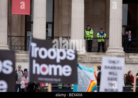 Polizei zu beaufsichtigen, anti-Krieg-Demonstration am Trafalgar Square in London - Stockfoto